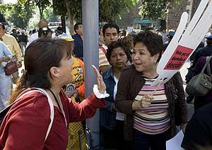 Un grupo de mujeres, a favor y en contra de la medida, discuten junto al hemiciclo. (Foto: AP)