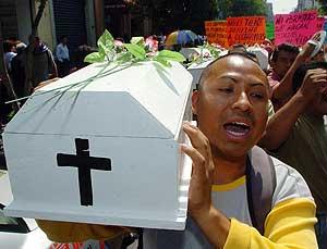 Católicos portan ataúdes blancos contra la despenalizacion del aborto. (Foto: EFE)