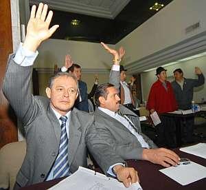 Varios diputados votan el cese de los miembros del Tribunal Constitucional. (Foto: EFE)