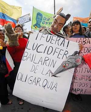 Un grupo de manifestantes protesta delante del Congreso por la restitución de los 51 diputados que hizo el lunes el TC. (Foto: EFE)