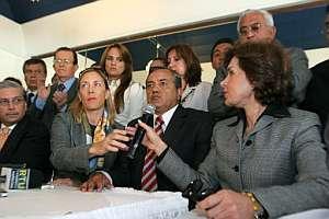 Los diputados destituidos, durante una rueda de prensa, en un hotel de Quito. (Foto: EFE)