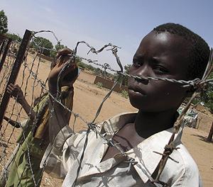 Un niño desplazado interno en el campo de refugiados de El Geneina. (Foto: REUTERS)