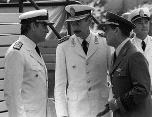 Videla habla con Massera (izq.) y Agosti (dcha.), en una imagen de marzo de 1976. (Foto: AP)