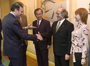 Ibarretxe saluda al alcalde de Hiroshima, al Nobel argentino Pérez Esquivel y a la presidenta del consejo municipal de Volgogrado. (Foto: EFE)