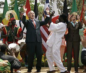 El presidente de EEUU y la primera dama bailan durante un acto del Día Africano contra la Malaria. (Foto: EFE) [Vídeo]
