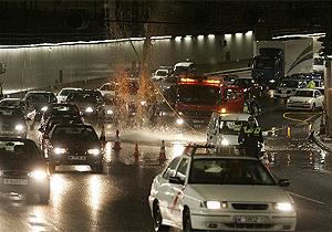 Los coches pasan frente a la cascada en el túnel de la M-30. (Foto: EFE)