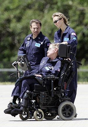 El físico se dirige al avión ya vestido con el traje azul de la NASA. (Foto: AFP)