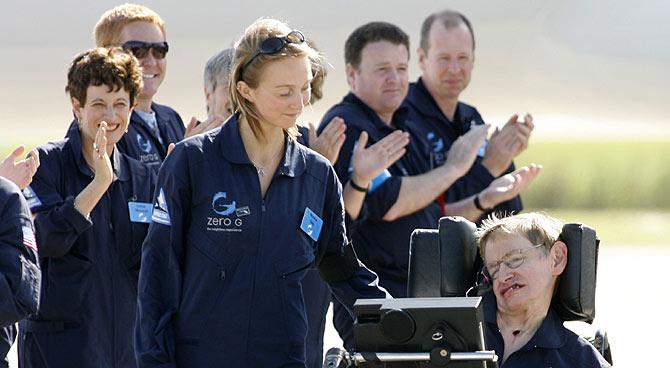 El físico es aplaudido por la tripulación al bajar del avión. (Foto: AP)