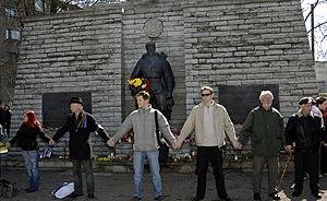 Varios estonios rodean el monumento antes de ser retirado. (Foto: AP)