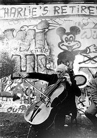 Rostropovich, en 1989 junto al Muro de Berlín. (Foto: AFP)