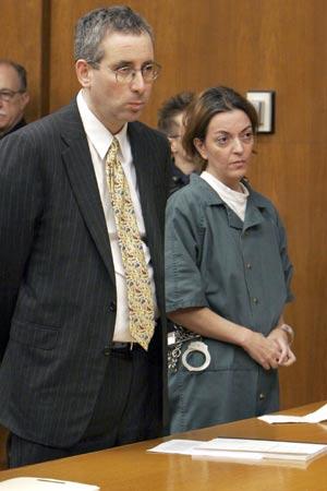 María José Carrascosa junto a su abogado, en una imagen del pasado mes de marzo. (Foto: EFE)