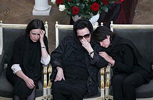 La viuda y las hijas de Rostropovich, junto al féretro, en el Conservatorio de Moscú. (Foto: EFE)