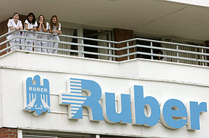 Personal de la Rúber contempla la escena desde una terraza. (Foto: EFE)