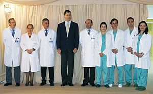El Príncipe Felipe posa junto al doctor Recasens (5º por la derecha), y el equipo médico que atendió a Doña Letizia. (Foto: EFE)