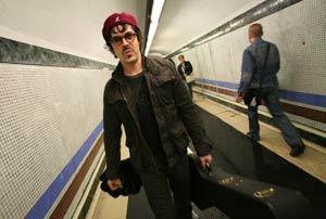 Nacho Campillo en el metro de Madrid. (Foto: Sergio González)