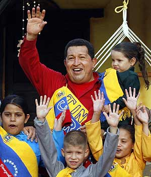 Chávez saluda, rodeado de niños, durante un acto de la reunión del ALBA. (Foto: REUTERS)