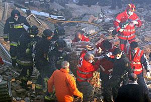Los equipos de rescate sacan a una de las víctimas. (Foto: EFE)