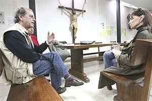 Carmen Rigalt entrevista a Enrique de Castro en abril de 2007. (Foto: Carlos Miralles)