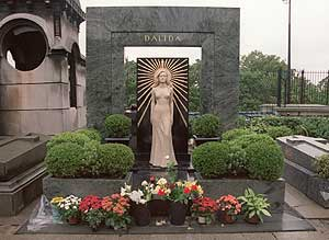 La tumba de Dalida, en el cementerio Pere Lachaise de París. (Foto: EFE)
