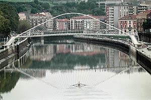 El puente de Zubi Zuri, de Calatrava, en la ría de Bilbao. (Foto: Iñaki Andrés)
