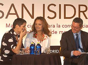 Gallardón, con las cantantes Shaila Durcal y Rosa López, durante la presentación del programa. (munimadrid.es)