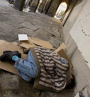 Un indigente duerme en los soportales de una iglesia. (Foto: Carlos García)