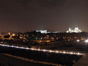 Detalle de la nueva iluminación del Manzanares. (Foto: Ayto. de Madrid)