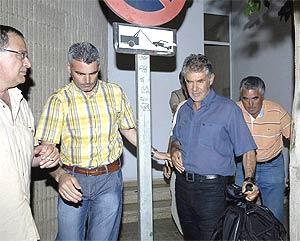 El constructor José Ávila Rojas, 2º por la dcha, sale en libertad tras pagar la fianza. (Foto: EFE)