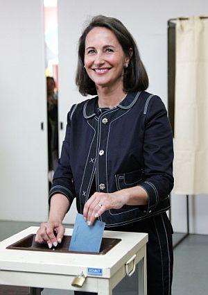 La candidata socialista, Ségolène Royal, deposita su voto en una urna. (Foto: AFP)