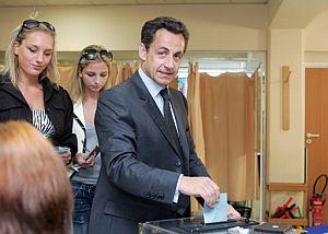 Sarkozy acude a votar acompañado por sus hijas Jeanne-Marie y Judith. (Foto: AFP)