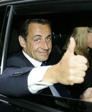 Sarkozy saluda sonriente tras confirmarse su victoria. (Foto: AFP)