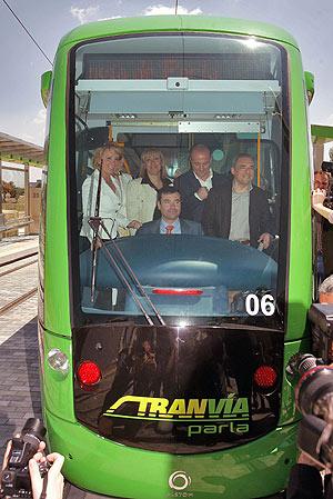 Esperanza Aguirre, Miguel Sebastián y Rafael Simancas durante la inauguración del tranvía en Parla. (EFE)