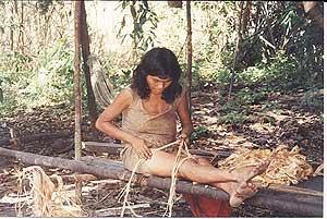 Una mujer piraha trenza una cuerda. (Foto. Daniel Everett)
