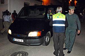 Un coche de la funeraria espera a levantar el cádaver en Santa Elena, Jaén. (Foto: EFE)