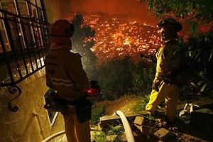 Bomberos de Los Ángeles observan el fuego. (Foto: AP)