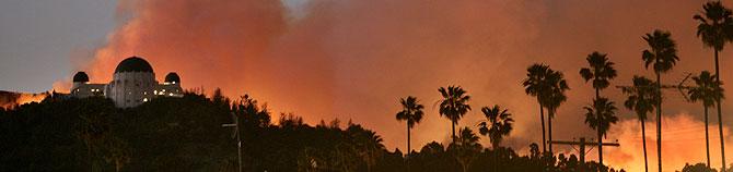El célebre Observatorio, cercado por las llamas. (Foto: AP)