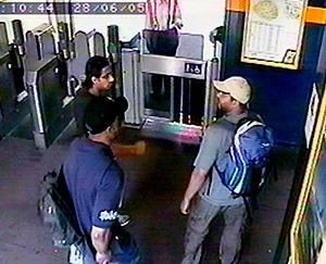 Imagen de archivo de los terroristas Shahzad Tanweer, Germaine Lindsay y Mohammed Sidique Khan en la estación de Luton. (Foto: REUTERS)