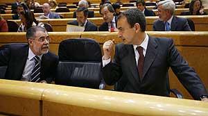 Zapatero habla en el Senado con el ministro de Justicia, Mariano Fernández Bermejo. (Foto: EFE)