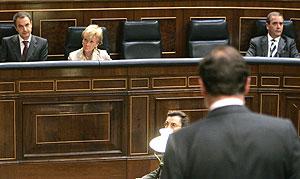 Rajoy (de espaldas) pregunta a Zapatero (izda) en el Congreso. (Foto: EFE)