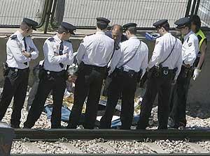 Un grupo de policías custodia el cadáver de la joven fallecida. (Foto: EFE)
