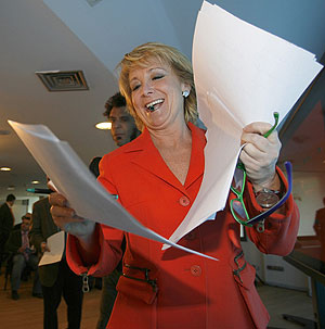 Esperanza Aguirre sonríe antes de presentar parte de su programa. (Foto: EFE)