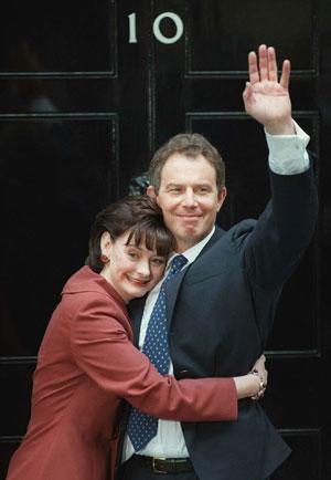 Blair y su esposa posan poco después ser elegido primer ministro. (Foto: AP)