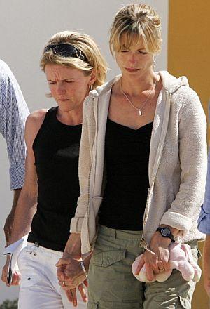 Kate McCann (d), con un peluche de su hija. (Foto: AFP)