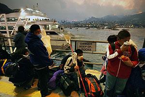 Habitantes de Catalina evacuados en Avalon. (Foto: AP)