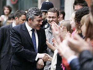 Gordon Brown saluda a simpatizantes laboristas en el centro de Londres. (Foto: AP)
