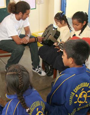Un trabajador de Intervida, con un grupo de niños. (Foto: EL MUNDO)