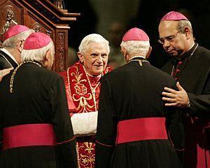 Benedicto XVI saluda a un grupo de obispos. (Foto: AFP)