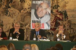 Vera, junto a Felipe González y Juan Carlos Rodríguez Ibarra, en la presentación de su biografía el pasado marzo. (Foto: Carlos Barajas)