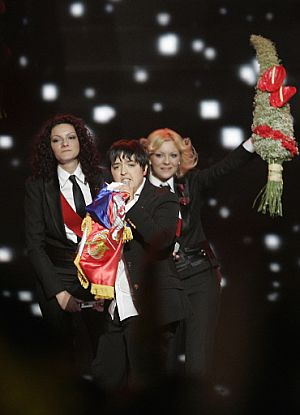 La representante serbia, Marija Serifovic, celebra la victoria. (Foto: AFP)