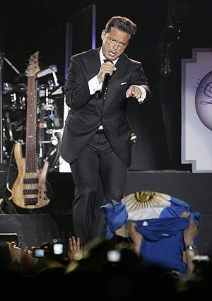Luis Miguel, en la parte del concierto dedicada a la canción romántica. (Foto: EFE)
